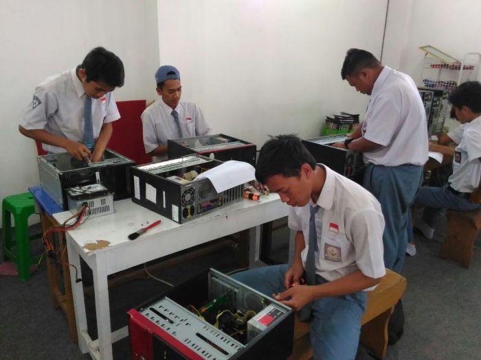 Laboratorium Perakitan dan Perawatan TIK SMK CB Kepanjen